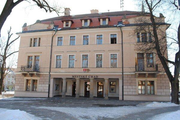 Mestský úrad v Levoči. Znižoval stavy zamestnancov.