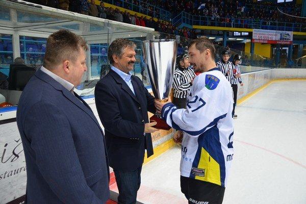 Pohár pre víťaza. Ľubomír Vaic prevzal pohár pre víťaza základnej časti.