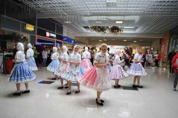Mladí zahraniční tanečníci. Slovenské zvyky zachovávajú aj za hranicami.