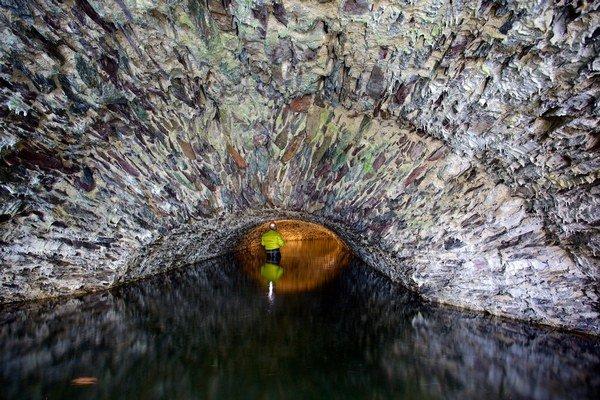 Kamenné klenby. Nachádzajú sa v podzemí v ruinách areálu huty.