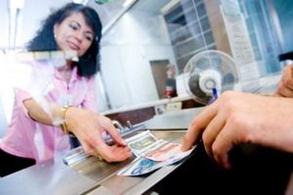 Za výmenu viac ako 100 kusov korunových mincí alebo bankoviek si môžu komerčné banky účtovať poplatok.