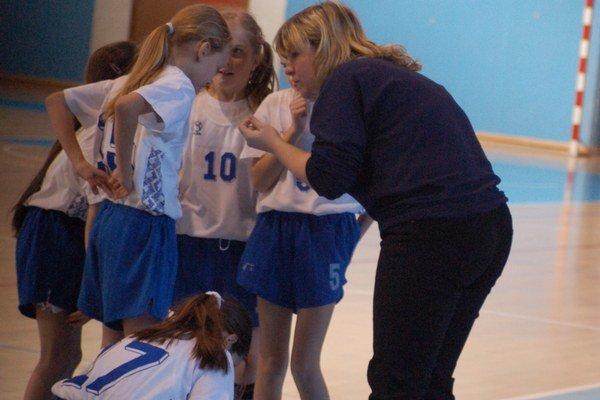 Učia deti basketbalovej abecede. V chlapčenských a dievčenských vekových kategóriách sú na Spiši manželia Dovčíkovci už veľkým trénerským pojmom.