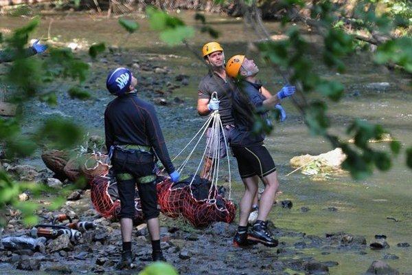 Na snímke horskí záchranári pripravujú mŕtve telá na transport vrtuľníkom počas záchranných prác po havárii vrtuľníka Leteckej záchrannej služby.
