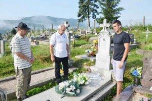 Spomienka pri hrobe. Pri hrobe Štefana Piska začína každý ročník.