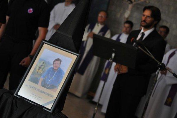 Na snímke vpravo minister vnútra SR Robert Kaliňák počas príhovoru na pohrebe náčelníka Horskej záchrannej služby v Slovenskom raji Dušana Leskovjanského.