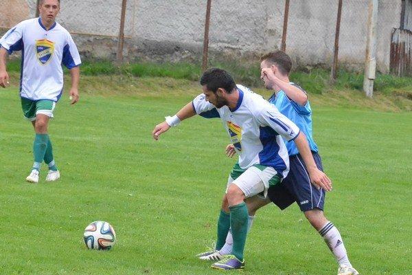 Tomáš Ščavnický (v bielom vpredu vľavo) a jeho prestup znepriatelil dva futbalové kluby zo Spiša.