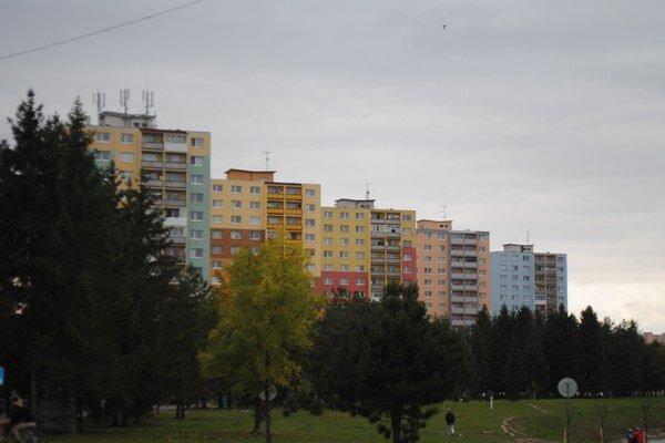 Sídlisko Mier. Väčšina domov je zateplená, fasády sú farebné.