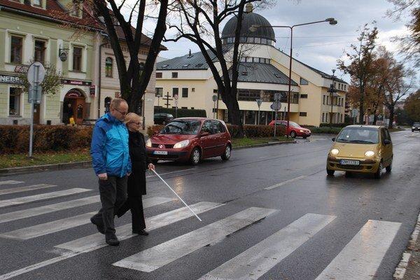 Nevidiaci so sprievodom. Väčšina vodičov na priechode zastavovala.