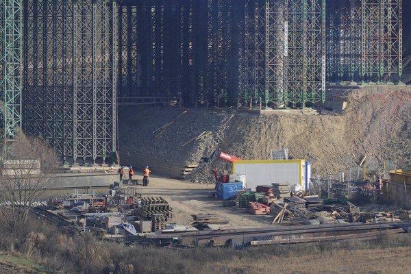 Rok po tragédii na stavbe vládne čulý pracovný ruch.