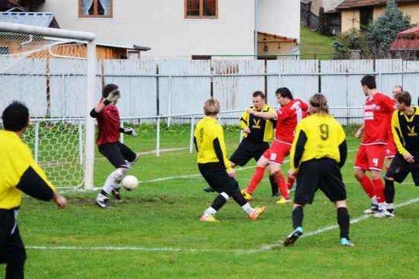 Druhý gól Tibora Staroňa. Ústrednou postavou stretnutia Odorín – Chrasť n/H (3:1) bol výborne hrajúci Tibor Staroň (uprostred). Na snímke zvyšuje na priebežných 2:0.