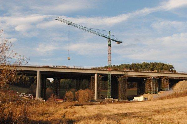 Diaľničný most pri Iliašovciach. Práce na ňom intenzívne pokračujú.