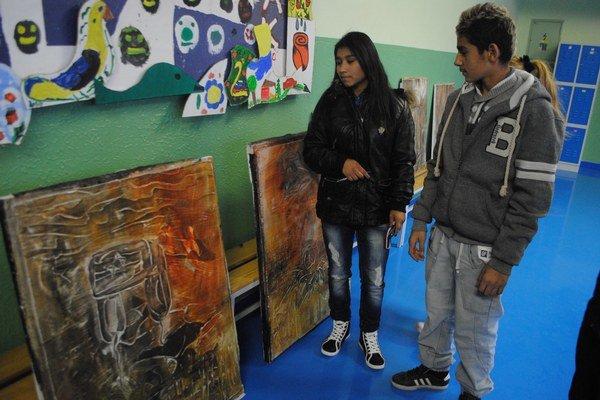 Výstava umelecky mapuje bolestivé odchody z domovov.