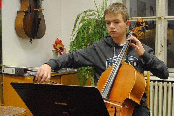 F. Halečka. Študent patrí medzi talentovaných violončelistov.