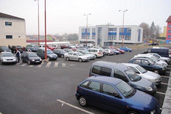 Zaparkované autá pred obchodmi. Sú lákadlom pre dlhoprstých.