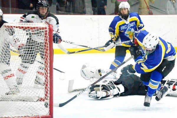 Veľké víťazstvo na malom štadióne. V náročnom stretnutí HC Osy zdolali Petržalku 4:1. Na snímke Petra Jurčová strieľa druhý gól Spišiačok.