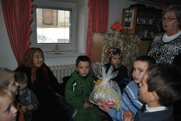 Malí gratulanti. Márii prišli zavinšovať, zablahoželať a zaspievať aj škôlkari z obce.