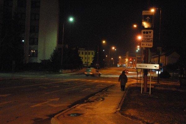 Ráno v skorých hodinách lampy ešte osvetľujú ulicu.