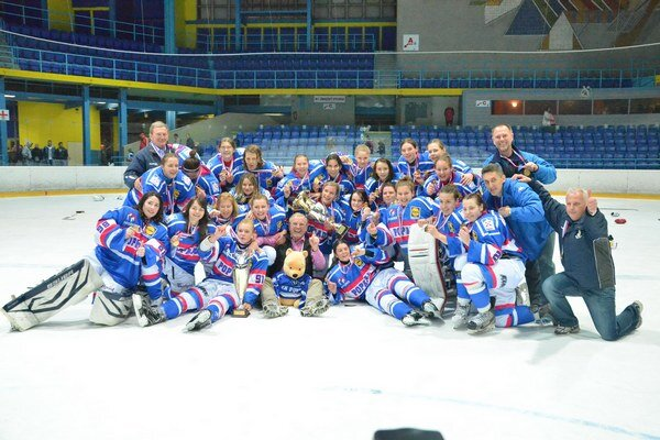 Majsterky z Popradu. Titul za sezónu 2013/2014 získali po veľkom finále hokejistky z Popradu.