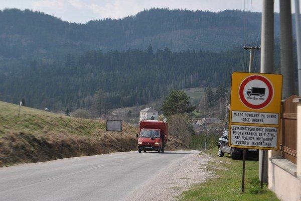 Príjazd k Pačianskemu kopcu. Značka obmedzuje prejazd pre nákladné autá. V zime pribudne značka o uzávere cesty.