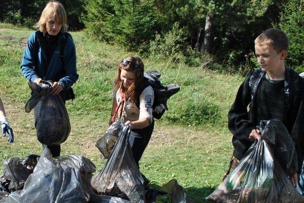 Z chodníkov v národnom parku každý rok vyzbierajú množstvo odpadkov.