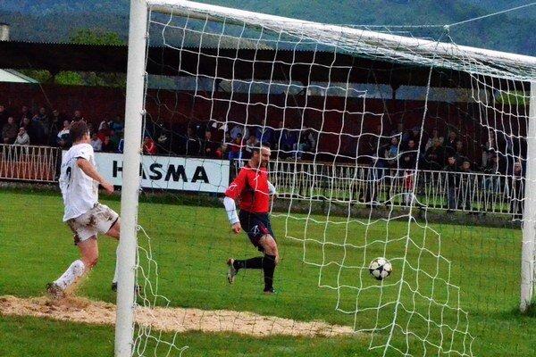 Druhý gól. Pavol Legát (vpravo) takto strelil druhý gól Vlašanov proti Sobranciam.