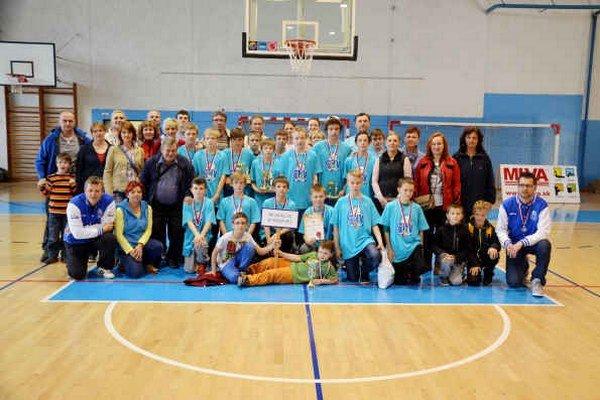 Veľká basketbalová rodina BK 04 AC LB Spišská Nová Ves. Druhé miesto mladších žiakov bolo poďakovaním trénerom a rodičom za výbornú organizáciu a starostlivosť.