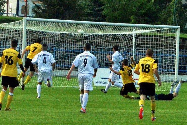 Štrnásta minúta a tretí gól. Po tomto góle prehrávali Sabinovčania na Spiši už rozdielom troch gólov.