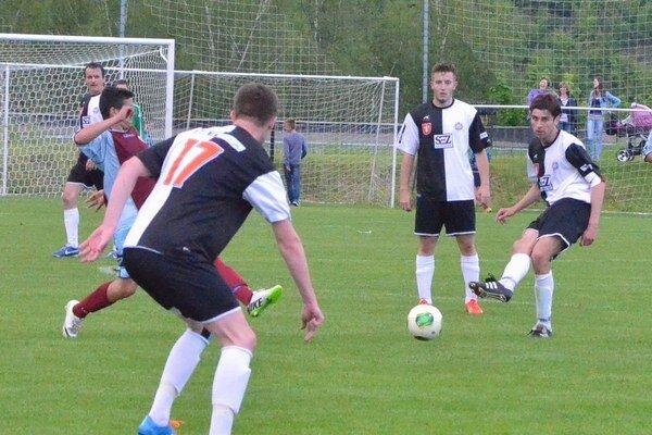 Šesť gólov a dvaja vylúčení. Krompašania s rezervou Michaloviec držali krok len v prvom polčase.