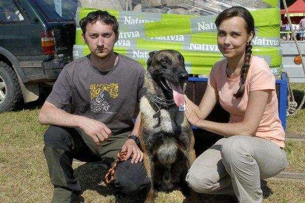 Víťazný ovčiak Derik s majiteľom a jeho snúbenicou.