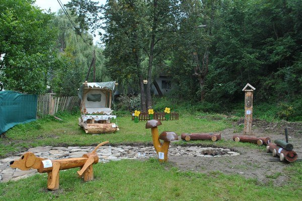 Oddychová zóna. Nájdete tu netradičné drevené prvky, ktoré skrsli v hlavách miestnych detí.