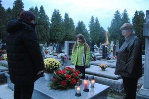 Ozdobené hroby. Sú spomienkou na najbližších.