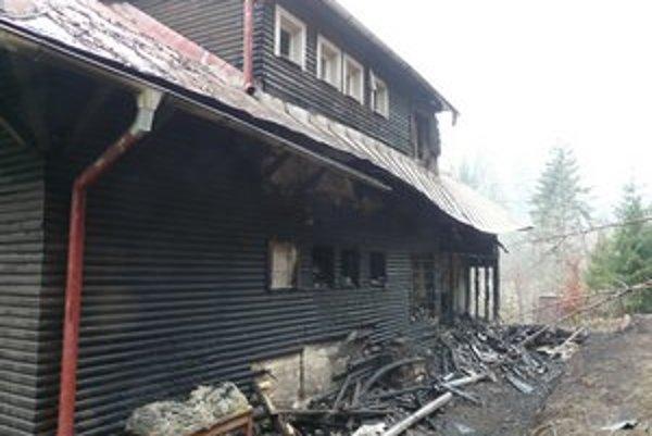 Oheň napáchal vo veľkej chate rozsiahle škody.
