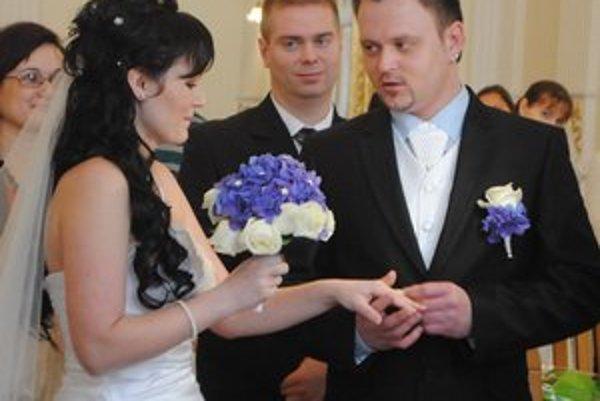 Mladomanželia Dlhošovci. Si dátum sobáša budú ľahko pamätať.