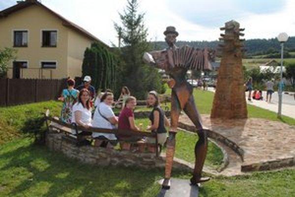 Bolo že to slávy v Spišskom Hrhove v lete, keď tu slávnostne osadili sochy. Harmonikára im niekto ukradol.