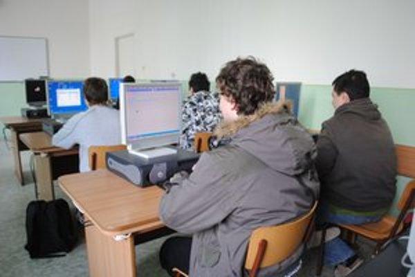 Chladné učebne. Študenti na vyučovaní sedeli v kabátoch.