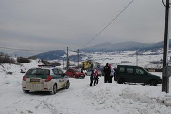 Pri lyžiarskom stredisku hliadkuje aj polícia.