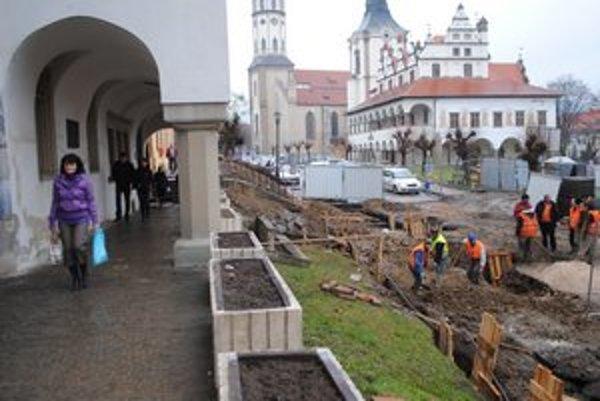 Námestie. Na jar budú pokračovať v rekonštrukcii časti námestia.