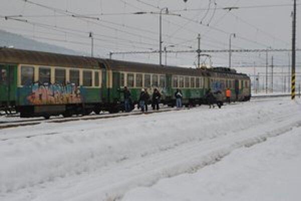Vlaky v zime. Cestujúci vymrzli.
