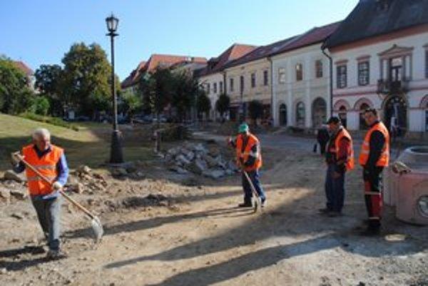 Námestie. V Levoči rekonštruujú zatiaľ južnú časť námestia.