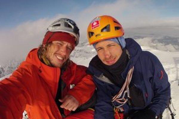 Zimný prechod majú za sebou dvaja horolezci. Na snímke vľavo Michal, vpravo Adam.