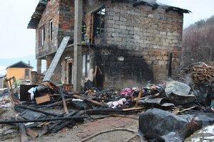 Vedľa domu kedysi stála drevená prístavba, ľahla popolom.