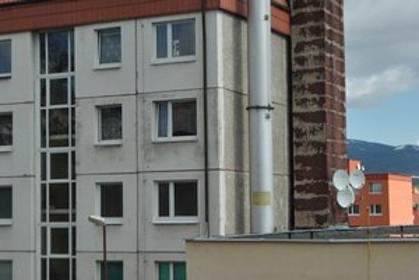 Úzka štrbinka. Pár centimetrov medzi komínom a stenou bytovky chce mesto zaizolovať.