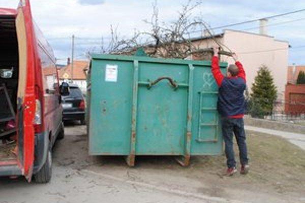Veľkokapacitné kontajnery sú zaplnené aj nebezpečným odpadom.