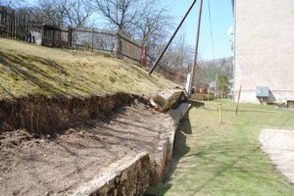 Vyvrátená stena. Majiteľ hľadá financie na odstránenie sutiny.