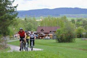 Cyklisti stúpajú z turistického strediska Podlesok na Kláštorisko.
