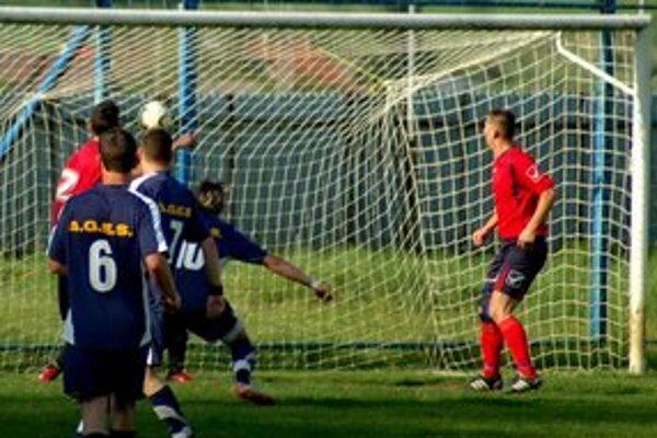 Olejníkov hetrik. Lopta smeruje do gelnickej siete a kanonier Olcnavy Milan Olejník takto strelil jeden zo svojich troch gólov.
