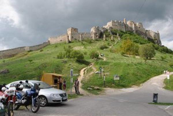 Spišský hrad. V prvú májovú nedeľu bol otvorený iba dopoludnia, turisti odchádzali sklamaní i nahnevaní.