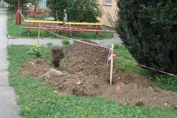 Rozkopané chodníky rozhnevali obyvateľov Tarče.