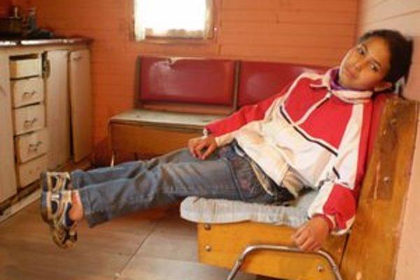 Maruška. Býva s rodinou v chudobnej maringotke, pre svoje nohy si vo svojom krátkom živote už veľa vytrpela.