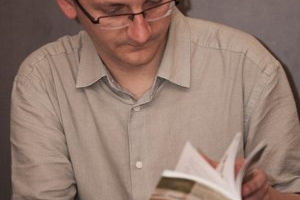 Tomáš. Karči je jeho knižná prvotina.